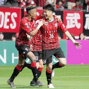 1日の広島戦の後半18分、ゴールを決めた札幌MF早坂良太(右)は、FW鈴木武蔵(中央)と喜び合