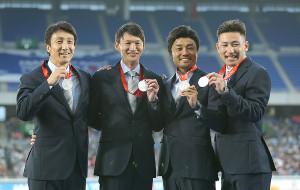「世界リレー」で行われた、08年北京五輪男子400メートルリレーで銅から銀に繰り上がった、日本の元代表の(左から)朝原宣治、高平慎士、末続慎吾、塚原直貴