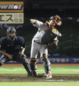 9回無死一、二塁、二塁に送球する小林誠司(カメラ・中島 傑)