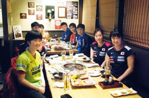 石川佳純(右から2人目)ら日本代表はお米や焼肉で英気を養った