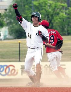 1回1死二塁で先制の適時二塁打を放ち、ベンチへガッツポーズするJR東日本東北・鈴木聖