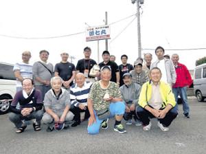 イサキ大会の参加者。前列右から2位長谷川さん、3位の芦田さん、優勝した矢部さん、松井船長