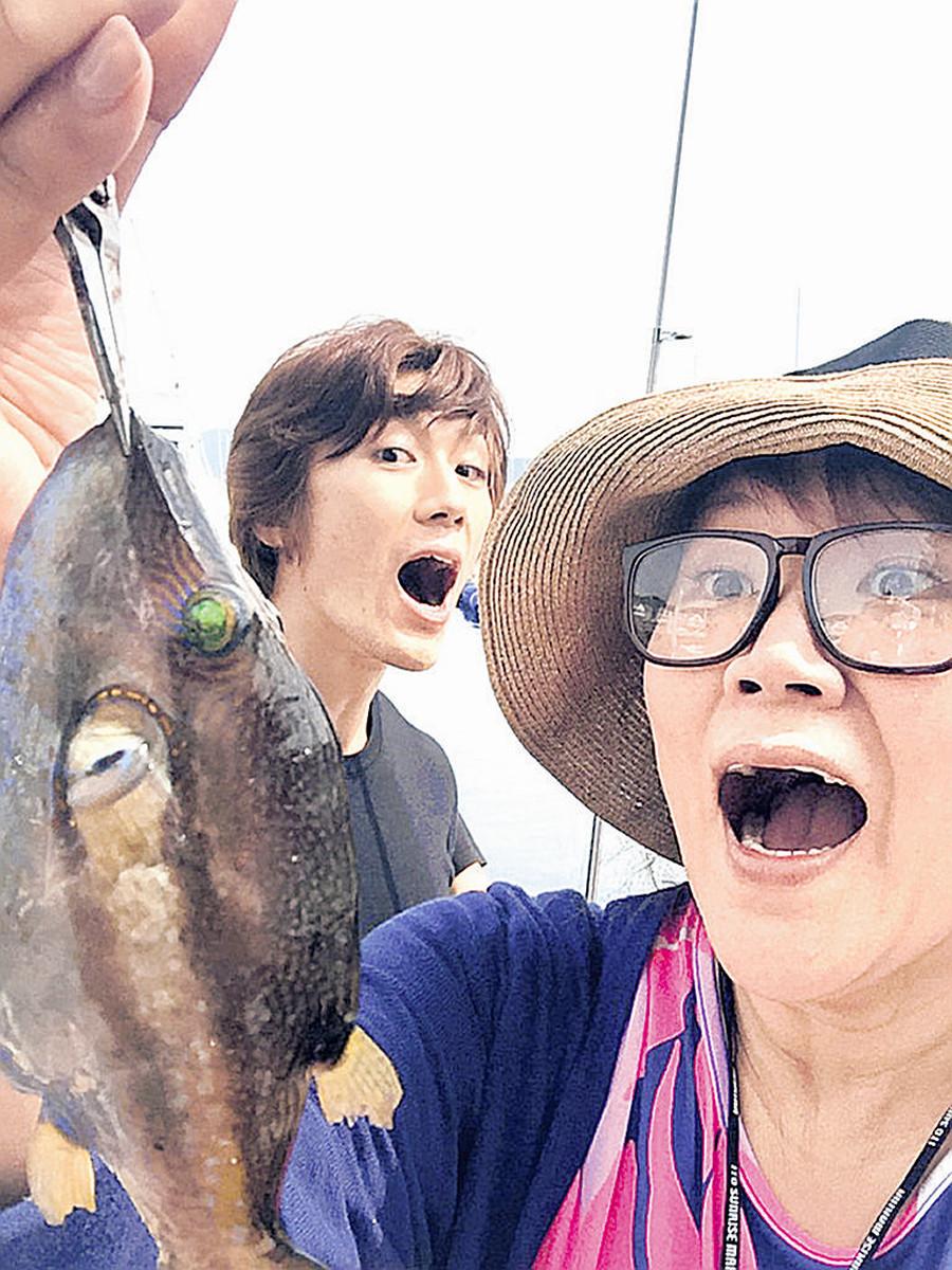 舞台で一緒だった青柳塁斗(左)と釣りを楽しんだが、フグに悩まされた邦ちゃん