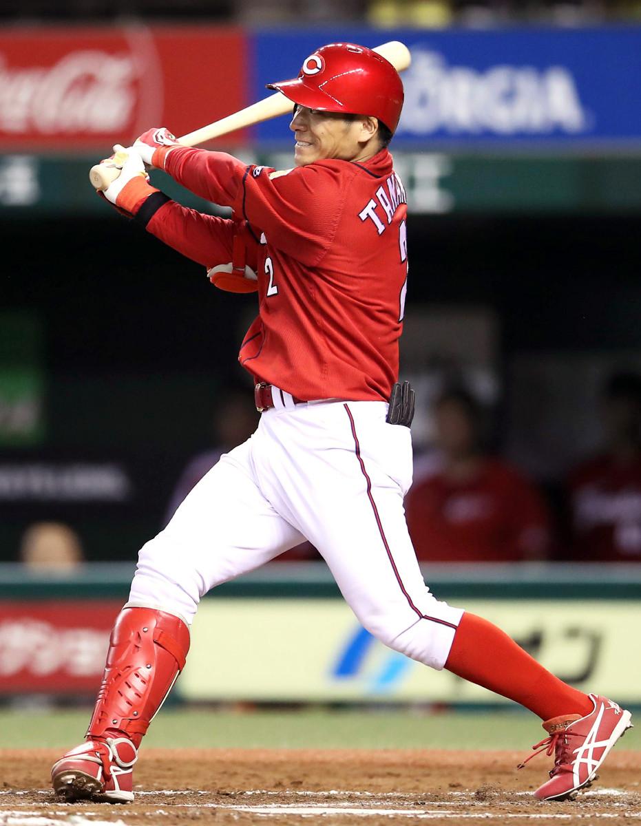 8回1死満塁、田中広輔が満塁本塁打を放つ