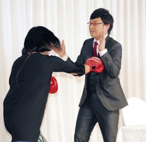 ボクシングフォームで登場したしずちゃんは山里のボディーに強烈パンチ