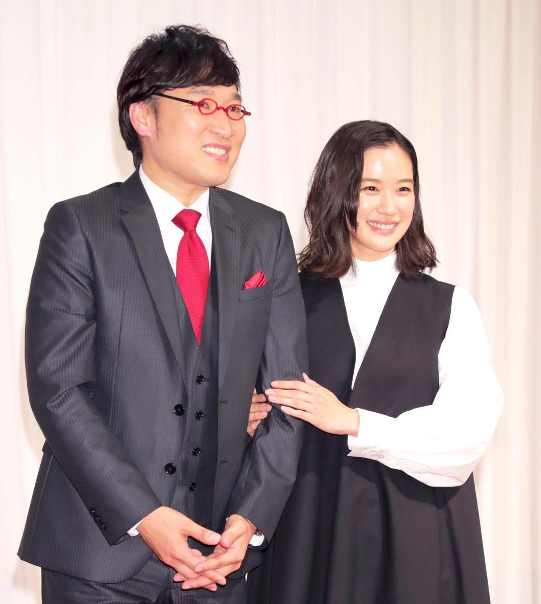 結婚会見を行った山里亮太と蒼井優