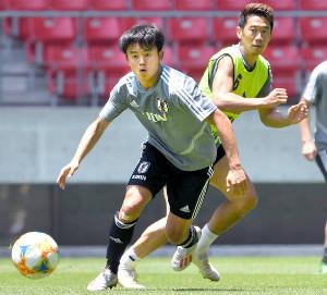 ミニゲームでボールを追う久保(右奧は香川=カメラ・竜田 卓)