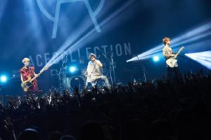 東阪ツアーの最終公演を行ったACE COLLECTIONのボーカル&ギター・たつや◎(中)ら