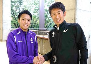陸上の日本学生個人選手権男子1500Mで5位入賞した立大の斎藤俊輔(左)。上野監督も健闘をたたえた
