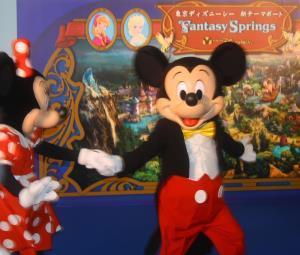 TDS「ファンタジースプリングス」発表セレモニーに登場したミッキーマウス(左はミニーマウス)