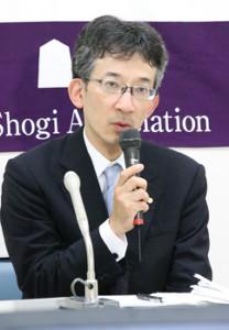 棋士総会後、会見に臨む佐藤康光会長