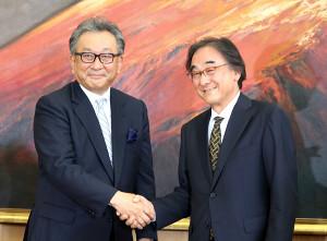 7日の会見でがっちりと握手するフジテレビ社長に就任する遠藤龍之介氏(左)とフジ・メディア・ホールディングス社長に就任する金光修氏