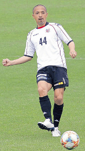 札幌U―18との練習試合でパスを出す札幌MF小野