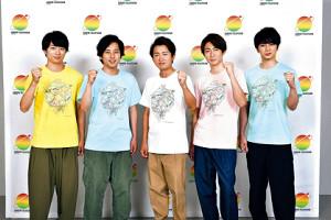完成したチャリTシャツに袖を通した(左から)櫻井翔、二宮和也、大野智、相葉雅紀、松本潤