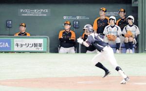 9回2死一、二塁、中村奨(手前)に勝ち越し打を打たれ、ベンチで顔をしかめる原監督(カメラ・相川 和寛)