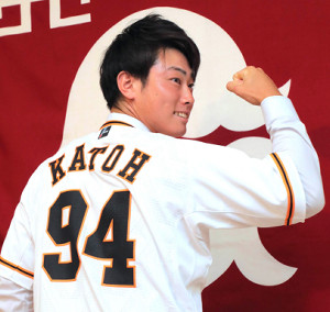 支配下登録され、「94」の背番号を披露した加藤脩平(カメラ・橋口 真)