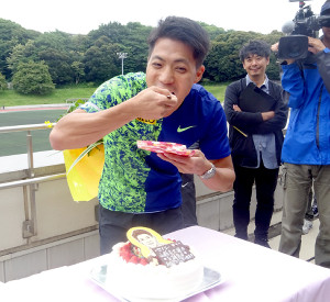 誕生日の前祝いでケーキを頬張る山県亮太