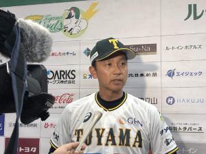 会見する富山・二岡智宏監督