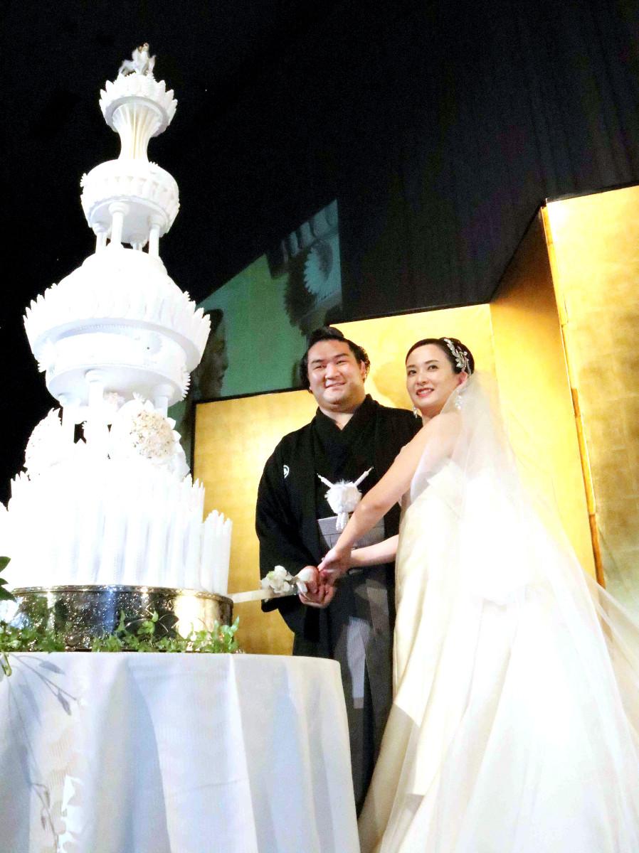 笑顔でケーキに入刀する竜電(左)と麻惟さん