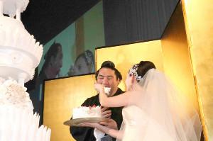 麻惟さんに大きなケーキを食べさせてもらう竜電