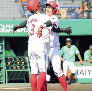 2回2死二塁、先制の中越え2ランで生還し、大石と抱き合う日本製鉄室蘭シャークス・田畑(右)