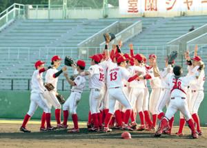 5年ぶり都市対抗野球出場を決め、喜びを爆発させる日本製鉄室蘭シャークスのナイン
