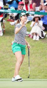 今季2勝目を挙げ、ギャラリーの声援に応える上田桃子
