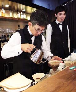緻密(ちみつ)な手つきでコーヒーを淹れる佐藤九段(左)と中村七段