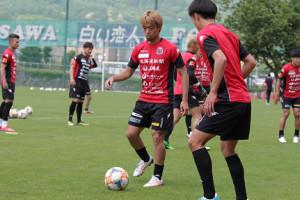 ボール回しに加わったJ1札幌MF駒井善成(左)