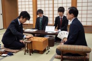 東和男八段(右)と対局する藤井聡太七段