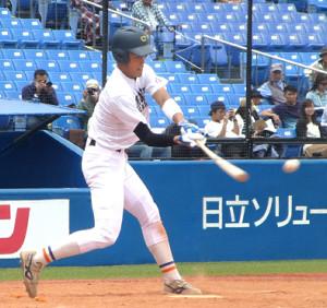 8回無死三塁、崩されながらも右前適時打を放った中京学院大・叺田