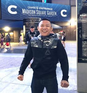 ニューヨークに到着し、会場のマジソン・スクエア・ガーデン前で意気込む堀口恭司