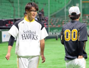 阪神・上本(右)と談笑するソフトバンク・松田遼