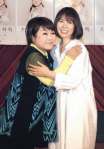 楽曲を提供した半崎美子(右)とハグする天童よしみ