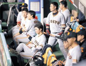 8回、ベンチで試合を見つめる(右から)亀井、坂本勇、丸、岡本ら巨人ナイン(カメラ・清水 武)