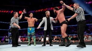 レフェリーが2人の勝者の手を挙げた(C)2019 WWE, Inc. All Rights Reserved.