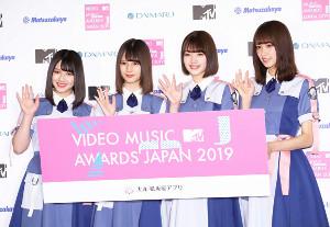 MTV VMAJ2019のMCに決まった、日向坂46(左から)渡邉美穂、小坂菜緒、佐々木美玲、佐々木久美