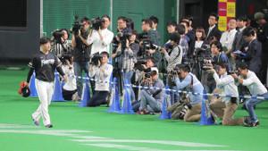 カメラの放列の中、グランドに現れた吉田輝星(左)