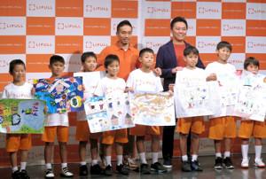 都内で「LIFULL」のイベントに出席した日本代表DF長友佑都(後列左)