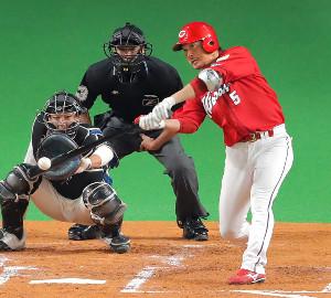 2回、日本ハム・吉田輝から一時同点の適時二塁打を放った広島・長野(捕手・石川亮)