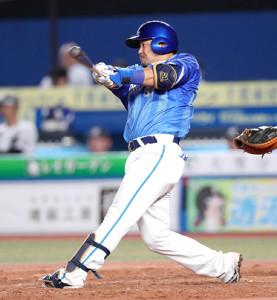 5回1死、同点の左越え8号ソロ本塁打を放つ宮崎