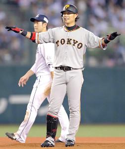 8回2死満塁、3点二塁打を放った亀井善行は一塁から本塁へ突入した炭谷銀仁朗の走塁にセーフをアピール(左は外崎)(カメラ・泉 貫太)