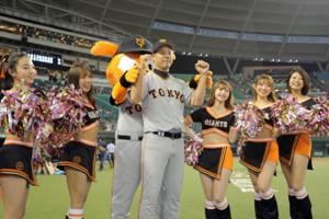 3回無失点で勝利投手となった高木京介は埼玉G党の歓声に手を挙げて応える(カメラ・泉 貫太)
