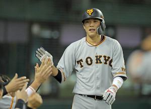 3回2死一塁、岡本和真の適時二塁打で一塁から長躯生還した坂本勇人はナインに迎えられる(カメラ・泉 貫太)