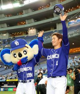 勝利してファンに手を振る京田
