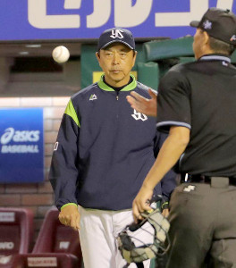 投手交代を告げる小川監督