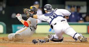 8回2死満塁、亀井の3点二塁打で一塁から本塁へ突入する炭谷銀仁朗(捕手は森友哉)