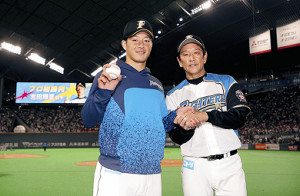 栗山監督(右)と握手する吉田輝星
