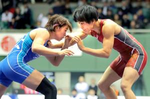 18年の全日本選手権で対戦する伊調(右)と川井梨