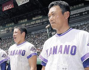 18年夏の大会で決勝進出を決めた金足農・吉田(左)と中泉監督
